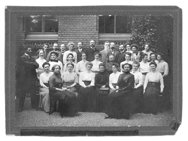 Lehrer_innen-Kollegium der Königlichen Augusta-Schule (heute Sophie-Scholl-Schule) aus dem Jahr 1914, Foto: Museen Temeplhof-Schöneberg | Archiv